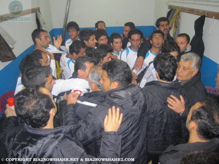 حلقه پیروزی بازیکنان و کادر فنی تیم شهرداری نوشهر قبل بازی در رختکن:
